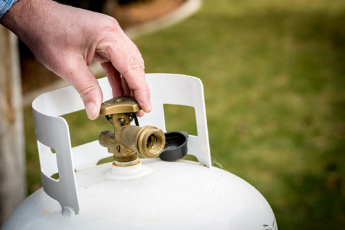 How do I tell how much gas is in my household propane tank?